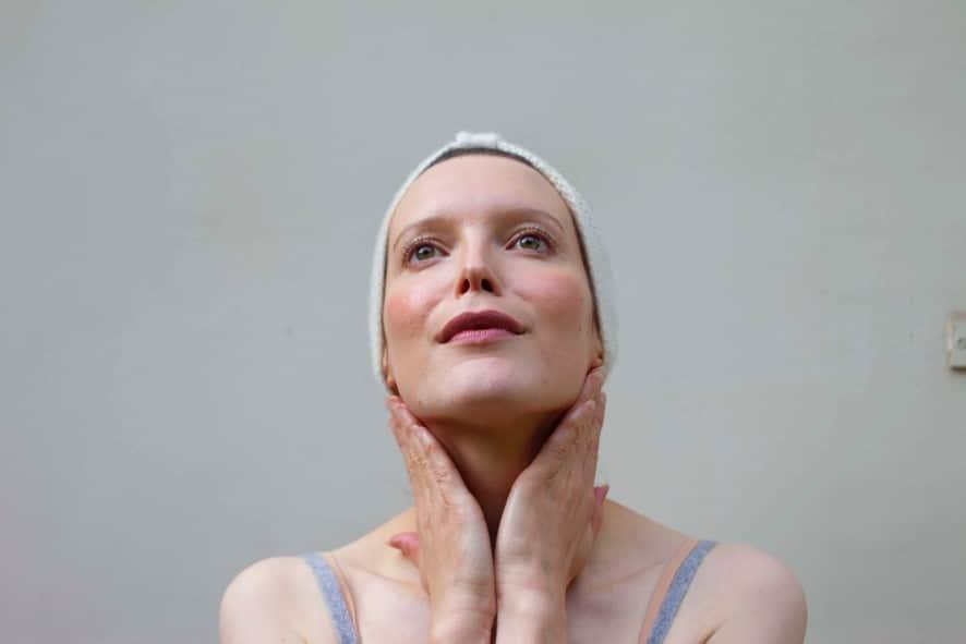 Yoga du visage, la meilleure méthode pour éliminer le double menton