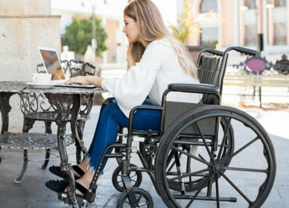 jeune femme sur chaise roulante
