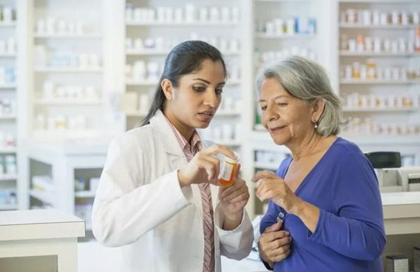 pharmacien avec un client